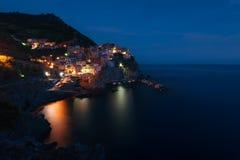 Oszałamiająco widok piękna i wygodna wioska Manarola w Cinque Terre parku narodowym przy nocą italy Liguria Obrazy Stock