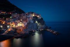Oszałamiająco widok piękna i wygodna wioska Manarola w Cinque Terre parku narodowym przy nocą italy Liguria Zdjęcia Royalty Free