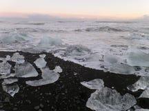 Oszałamiająco widok uncountable góry lodowa na czarnej piasek plaży pod zmierzchu niebem Fotografia Stock