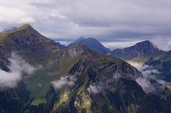 Oszałamiająco widok wysokogórski las, jeziorny Brienz, pasmo górskie i mgła w Schynige Platte, Szwajcaria Część Obraz Royalty Free