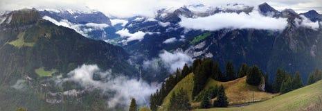 Oszałamiająco widok wysokogórski las, jeziorny Brienz, pasmo górskie i mgła w Schynige Platte, Szwajcaria Część Obrazy Stock