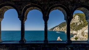 Oszałamiająco widoki morze przez zewnętrznie kolumnady kościół San Pietro w Portovenere, Liguria, Włochy zdjęcia royalty free