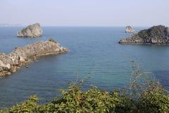 Oszałamiająco widoki urocze falezy i morze z turkus wodą w sławnym miejscu w Wietnam fotografia royalty free