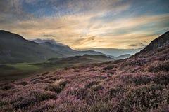 Oszałamiająco wschód słońca góry krajobraz z wibrującymi kolorami i kawalerem obrazy stock