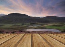 Oszałamiająco wschód słońca góry krajobraz z wibrującymi kolorami i kawalerem fotografia royalty free