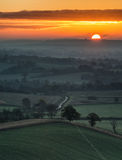 Oszałamiająco wschód słońca nad mgieł warstwami w wieś krajobrazie Fotografia Royalty Free
