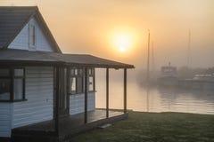 Oszałamiająco wschodu słońca krajobraz nad rzeki domową i mgłową rzeką Fotografia Stock