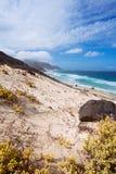 Oszałamiająco zdewastowany krajobraz piasek diuny i pustynne rośliny atlantycka linia brzegowa z ocean fala Baia Das Gatas Fotografia Stock