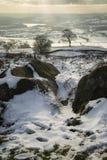 Oszałamiająco zima zmierzch nad wieś krajobrazem z dramatycznym Fotografia Stock