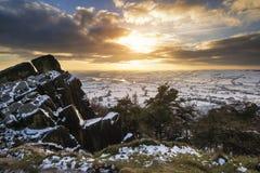 Oszałamiająco zima zmierzch nad wieś krajobrazem z dramatycznym Obraz Royalty Free