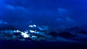 Oszałamiająco zima zmierzchu post unosi się chmury błękita filtr Fotografia Stock