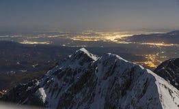 Oszałamiająco zimy blask księżyca gór krajobraz i citylights w dolinie, Brasov fotografia royalty free