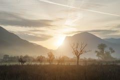 Oszałamiająco zimy mgłowy wschód słońca nad wsią wokoło Crummock W Obraz Stock