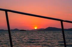 Oszałamiająco zmierzch nad Phuket zapewnia tło tradycyjna longtail łódź, Phuket, Tajlandia obrazy stock