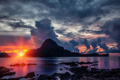 Oszałamiająco zmierzch sceneria w El Nido, Filipiny Zdjęcia Royalty Free
