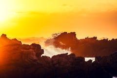 Oszałamiająco zmierzchu strzał skały i łamanie fala przy ` s i Afryka ` s przylądka Agulhas, Południowa Afryka, tym samym południ Zdjęcia Royalty Free