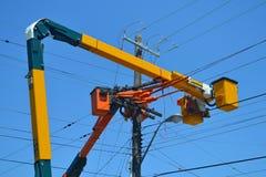 Dźwignięcie ciężarówki na liniach energetycznych. Zdjęcia Royalty Free