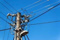 Oszczędnościowy słup lub władza słup Kolumna z elektryczną rozłączenie władzą Błękita Jasny niebo Trójfazowy linia energetyczna z obrazy royalty free