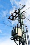 Oszczędnościowy słup lub władza słup Kolumna z elektryczną rozłączenie władzą Błękita Jasny niebo Trójfazowy linia energetyczna z obraz royalty free