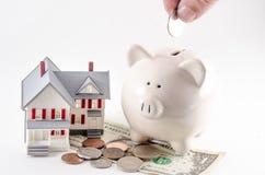 Oszczędzania budować/zakup dom, dom/ Prosiątko bank z menniczy być Fotografia Stock