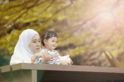 Oszczędzania i edukacji pojęcie, potomstwo matka uczy jej syna oszczędzanie obraz stock