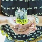 Oszczędzania i inwestyci pojęcia wizerunek Kobiety mienia pieniądze słój Obraz Stock