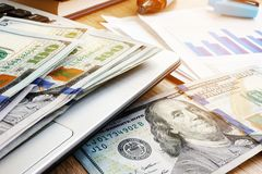 oszczędzania Pieniądze na biznesowym raporcie i laptopie Finanse i inwestycja zdjęcia stock