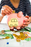 Oszczędzania pojęcie Kobiety ręka stawia pieniądze w prosiątko banku Selekcyjna ostrość Obraz Royalty Free