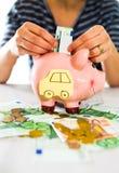 Oszczędzania pojęcie Kobiety ręka stawia pieniądze w prosiątko banku Selekcyjna ostrość Fotografia Royalty Free