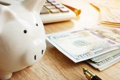 oszczędzania Prosiątka bank, kalkulator i pieniądze, obrazy stock