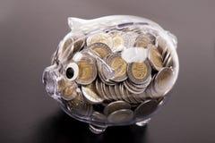 Oszczędzania w prosiątko banku! Mnóstwo pieniądze! Fotografia Stock
