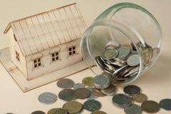 Oszczędzanie kupować dom, nieruchomość lub domowych savings, Prosiątko bank, monety i zabawka model, zdjęcia stock