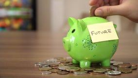 Oszczędzanie pieniądze dla przyszłości w pieniądze pudełku zbiory