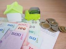 Oszczędzanie pieniądze dla samochodu i domu pojęcia, konto, banknoty, monety Fotografia Royalty Free