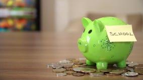 Oszczędzanie pieniądze dla szkoły w prosiątko banku zbiory