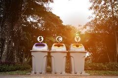 Oszczędzanie pieniądze od śmieci i przetwarza grat fotografia royalty free