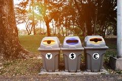 Oszczędzanie pieniądze od śmieci i przetwarza grat zdjęcia stock