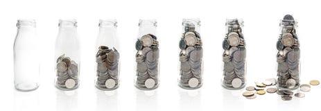 Oszczędzanie pieniądze pojęcie kolekcjonowanie monety w szklanej butelce od e Fotografia Royalty Free