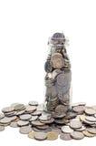 Oszczędzanie pieniądze pojęcie kolekcjonowanie monety w szklanej butelce Odizolowywa Fotografia Royalty Free