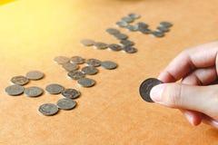 Oszczędzanie pieniądze pojęcie, Męska ręki mienia moneta, ukuwa nazwę tekst Obraz Royalty Free
