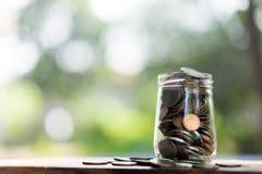 Oszczędzanie pieniądze pojęcie, pieniądze monety w szklanym słoju zdjęcie stock