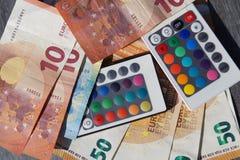 Oszczędzanie pieniądze używać PROWADZĄCYCH światła zdjęcie stock