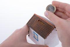 Oszczędzanie pieniądze w moneybox Obrazy Stock