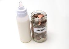 Oszczędzanie pieniądze z piersi formułą lub mlekiem obraz royalty free