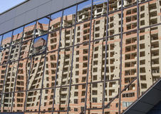 Oszklona błękitna budynek ściana z odbiciem dom Obrazy Stock
