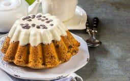 Oszklony świeży tort na round drewnianym stojaku Zdjęcia Royalty Free