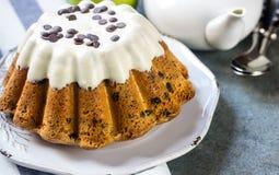 Oszklony świeży tort na round drewnianym stojaku Obrazy Royalty Free