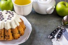 Oszklony świeży tort na round drewnianym stojaku Zdjęcie Stock