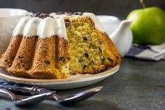 Oszklony świeży tort na round drewnianym stojaku Zdjęcie Royalty Free