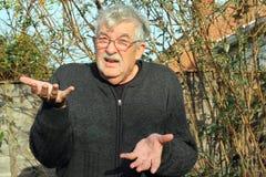 Oszołamiający lub intrygujący starszy mężczyzna. Fotografia Royalty Free